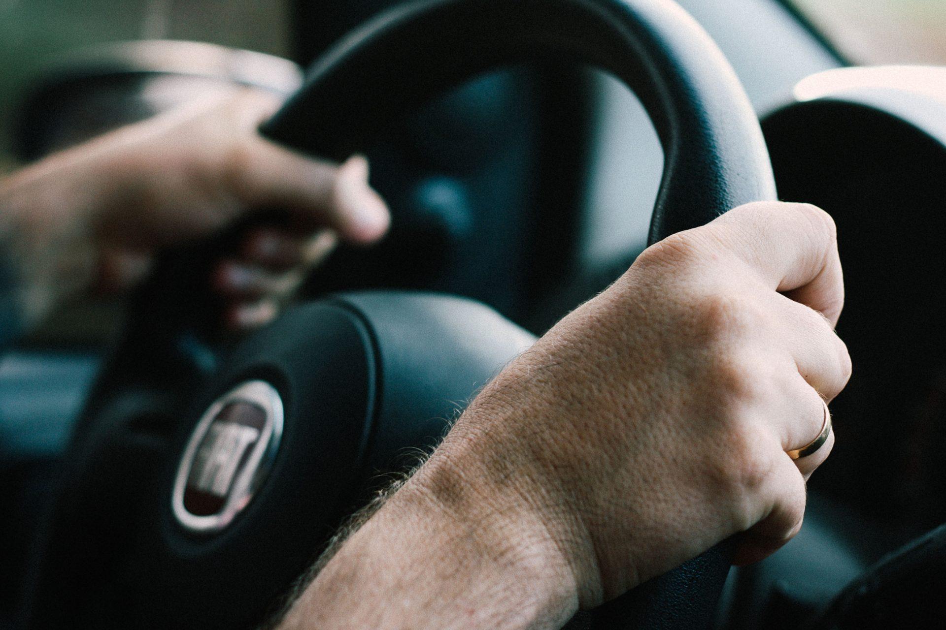 Sospensione immediata della patente per chi usa lo smartphone alla guida